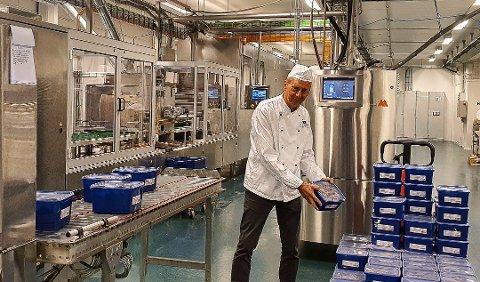 PRODUKSJON: Smågodtsalget, og dermed også -produksjonen, har tatt seg opp for Hval sjokolade etter koronastans. Det er Hval-sjef Rolf Rune Forsberg glad for. Foto: Hval Sjokolade ASA