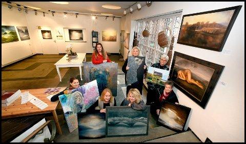 Alt klart for utstilling: Aud Irene Andersen (bak fra venstre), Anne Christine Bjella, Anniken Helgar, Linn Hermansen (foran fra venstre), Unni Lørdahl Rasmussen, Iren Kjeldsen og Evelyn Leiton er blant kunstnerne som deltar under Novemberutstillingen i A-porten kunsthus.