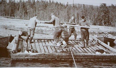 Flåte: Her er karene i full jobb. Når bildet ble tatt, vites ikke, men tømmerfløtingen i elva opphørte på 30-tallet.