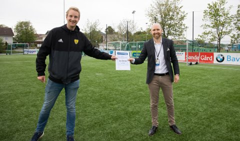 Daglig leder i Sola FK, Morten Wiik Larsen (t.v.) tar takknemlig imot gave fra banksjef Yngve Sørland og Sparebankstiftelsen SR-Bank.