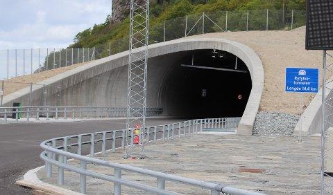 UTAN: I motsetnad til dei fleste andre lange tunnelar, over og under vatn, blir Ryfast utan automatisk trafikkontroll.