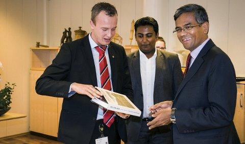 GODT MØTE: Leder av Tech Mahindra i Norge, Gaurav Gupta (midten) og leder i Norden, Rajendra Tunuguntla, fikk gave og omvisning i Grenland.FOTO: STINE SOLBAKKEN