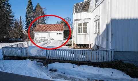 SYNLIGE SPOR: Det går en tydelig sti i snøen forbi huset i Torvgata 16 og fram uthuset der det fortsatt bor folk uten tillatelse. Foto: Vidar Sandnes