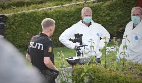ETTERFORSKER: Kriminalteknikere foretar åstedsundersøkelser fredag kveld. Foto: Nils Jul Lande