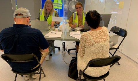 REGISTRERING: Siri Løite registrerer inn innbyggere som skal få vaksine.