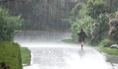 VÅTT: Nå blir det skikkelig vått, for søndagen blir trolig høstens hittil våteste dag.