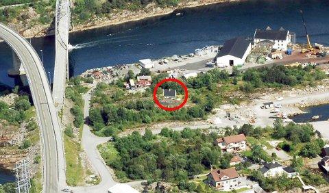 Det aktuelle huset er markert med rød ring på dette flyfotoet av Rensvikholmen som ble tatt i 2007.