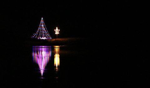 VAKKERT: Todalspålen ble 12 meter i år. Søndag ble det endelig lys i treet, som neste år skal bli vesentlig høyere dersom gjengen bak ideen om å lage landets høyeste juletre, lykkes med monteringen.