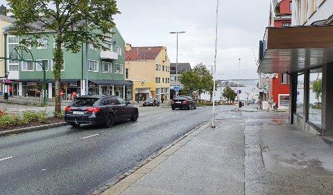 Begge bilene på vei ned Kaibakken i Kristiansund sentrum ligger i venstre felt. Hva skjer da når det kommer en bil ut fra en sidegate fra høyre?