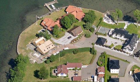 Det er på eiendommen nederst til venstre, med røde tak, eierne har planer om å rive og bygge nytt. Da dette bildet ble tatt, var naboen i gang med oppføringen av den moderne villaen ved siden av som det står referert til i forespørselen. Trond Ragnar Severinsen eier også Kalvetangen 91, gjennom Kalvetangen 91 AS. Det er eiendommen ned mot sjøen til høyre i bildet.