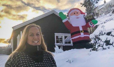 Maria Reinholdt og samboeren har pyntet med en nisse som er høyere enn huset.