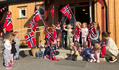 Slitter nye flagg til alle i Grotten barnehage.