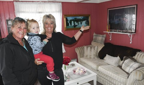 Gratis: Elisabeth Sagemoen Espeland og Ingeborg Espeland, med barnebarnet Solveig på armen, skal drive Bytteboden. Her kan folk forsyne seg av det meste som står i rommene, blant annet denne sofaen. Foto: Øystein K. Darbo