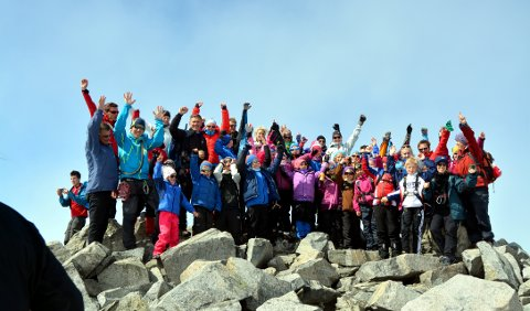 På Galdhøpiggen: Barnas Turlag er en viktig undergruppe i DNT Valdres. Her fra en fellestur til Norges tak i juli 2013.foto: geir helge skattebo
