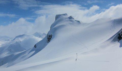 På Bjørnebreen: Vårskitur til Storebjørn (2222 m) på Sognefjellet er ein av dei flottaste toppturane du kan ta på ski i Jotunheimen.