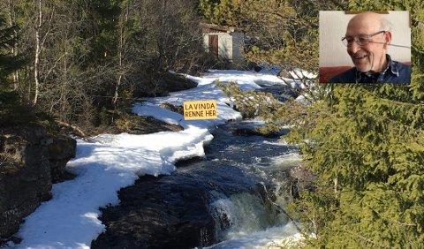 La elva leve: Nils Dalen har engasjert seg i arbeidet for å verne Vinda. Han har mellom anna laga skiltet som heng over elva ved Mosbrua.