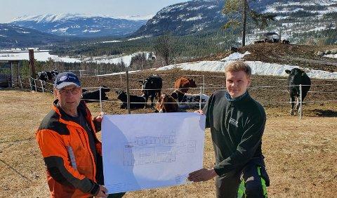 STORE PLANAR: Guttorm Øverby (23) skal om få år ta over garden som faren, Geir Øverby, no driv. No skal dei byggje ny driftsbygning.