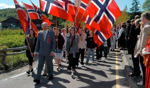 TOGLØST:17. mai-tog i Søndre for noen år siden, da nyheten om å avlyse nasjonaldagen ville blitt mottatt som en elendig aprilspøk. Igjen hindres den store feiringen av koronapandemien. Nå meldes det at været også kan være med å kjøle ned feiringen.