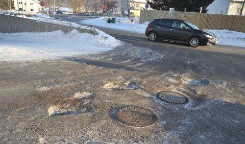 HULLIVEIEN:Slik så det ut onsdag denne uka i innkjøringa til Meny på Åneby.