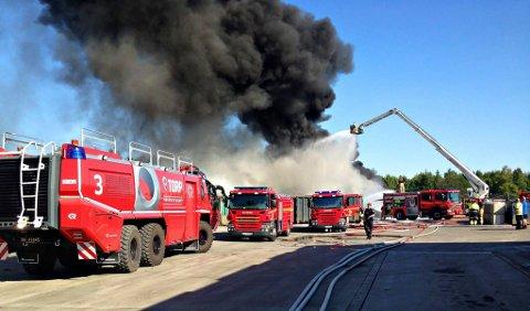 MILJØFARLIG: Store mengder avfall brant hos Revac Gjenvinning på Linnestad i Re 21. juli 2014. Nå er tre ansatte idømt fengselsstraff for brudd på forurensningsloven.