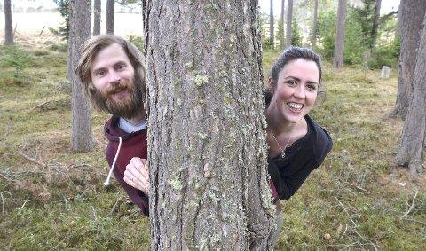 FORELSKA: Marius Reed og Esther Breslin er forelska i hverandre, og i furutrær!  Alle foto: Jon Bergsvein Telneset