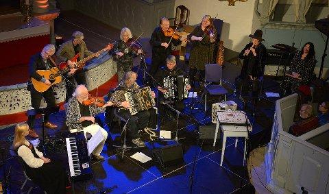 Her er Dalakopa med gjestemusikere under konserten i Bergstadens Ziir tidligere i år.