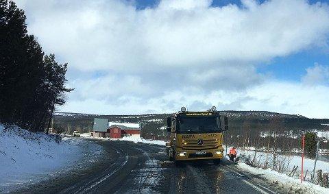En bil har kjørt av vegen på fv 30 like sør for Vangrøftbrua på Os.