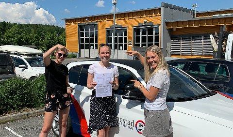 HAR BESTÅTT FØRERPRØVEN: Elise Eldorhagen (i midten) ble svært glad for å ha bestått førerprøven. Hun ble gratulert av F.v Emma Brendskag Østli og Emma Johanne Koch og (t.h) fra Ås.