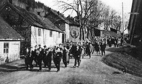 STOLT MARSJ: Korpset marsjerte på Bærums Verk 17. mai i 1926.