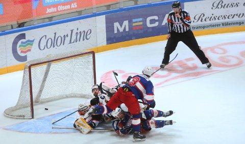 ANNULERT: Med fem mann på ryggen, må Nicklas Dahlberg se pucken forsvinne i mål. Dommer annulerer korrekt.