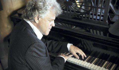 KONSERT: I morgon held pianist Rune Alver konsert på Troldhaugen.  Her ved flygelet til David Monrad Johansen i Asker under innspeling av all musikken hans, som kjem ut på CD på nyåret. foto Anna-Julia Granberg, BLUNDERBuss