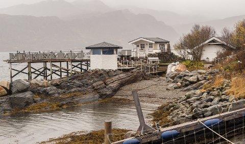 Dette bildet fra 2015 viser båtstøa og moloen som Fylkemannen har pålagt døgnmulkt for å få fjernet i Staulen hyttefelt i Søndre Rødøy. Utkikksbua på moloen er allerede revet.