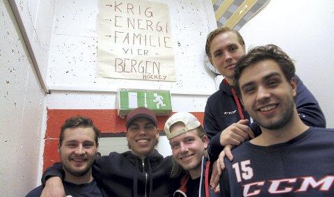 Bergen Hockey er tilbake i Bergenshallen etter juleferien. Fra venstre Sebastian Kjos, Benjamin Salte, Martin Lund, Joacim Raa og Preben Aune Lindvik lover en bedre versjon av Bergen i vår enn i høst. Nøkkelordene er hengt opp utenfor garderoben: Krig, energi, familie.