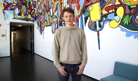 Egil Furnes (17) gikk i helgen av med seieren i The Chinese Bridge 2017 i Oslo sammen med en annen elev fra Amalie Skram VGS. Bak konkurransen står den kinesiske ambassaden i Oslo, samt Bergen Konfutse Insititutt. FOTO: AINA FLADSET