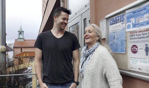 Agnes Giertsen deler ut gratis HPV-vaksiner på Engen helsestasjon. Håvard Rommetveit har vært med på å spre budskapet i høst.