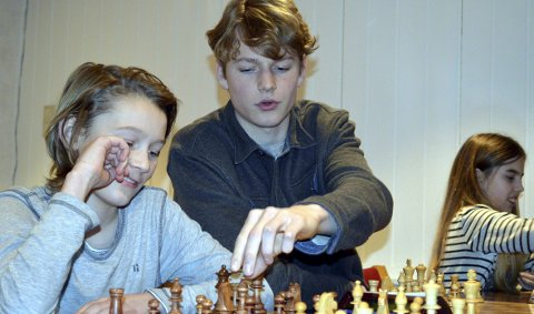 Talent: Benjamin Haldorsen (midt i bildet) er rangert som nummer 23 blant norske sjakkspillere. Han ligger foran kjente navn som Espen Agdestein (manager for Magnus Carlsen) og NRK-ekspertene Torstein Bae og Atle Grønn. Her er han trener for Gard Rye Høyforsslett i Bergens Schakklub.