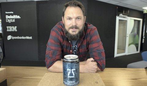 Smart-øl: Jens Eikeset og 7 Fjell Bryggeri har laget øl basert på en smart datamaskin, med navnet IBM Watson. Det er NCE Media i Medialabben i medielandsbyen som har bestilt ølet. Foto: Kai flatekvål