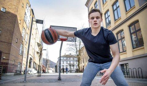 I hverdagen er han normalt høy, men 1,77 meter er lavt i basket. Men Sigurd Lorange har gjort som sin trener og læremester Audun Eskeland; trosset høyden og blitt steingod!