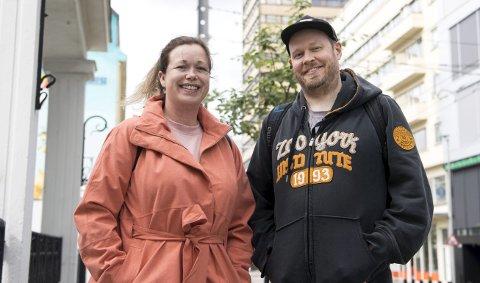 Klare for sommeren: Hanne Indrebø og Christoffer Schjelderup gleder seg til å stå på scenen i kveld. – Om sommeren pleier vi å samle de gøyeste i byen hver fredag og lørdag, for å vise frem hvor bra vi er.                FOTO: Anders Kjølen