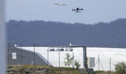 Det brenner fremdeles i gassflaskene på CCB-basen på Ågotnes. Brannvesenet sendte inn drone søndag morgen.