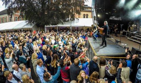 TERNINGKAST SEKS: Åge Aleksandersen leverte varene til terningkast seks under fjorårets Elvefestival. I år blir der færre artister, men de får mer tid på scenen.