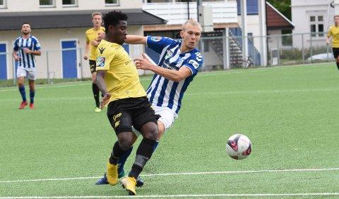 HOLDT PÅ AVSTAND. Eryk Kolasaog de andre Åssoden-spillerne komsjelden forbi spilelre som Starts Isaac Twum i 3. divisjonsoppgjøret på Åsidenbanen lørdag.