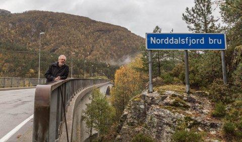 LITE LYS: Berre tre av dei 13 gatelysa på Norddalsfjordbrua verkar. Det er dei som står i byrjinga av brua når ein kjem frå sørsida frå Bremanger, forklarar Svein Harald Higraff.