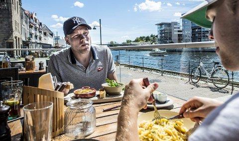 FORLATER IKKE BRYGGA: Henrik Kjelsrud Johansen har funnet seg til rette i Fredrikstad og akter ikke å reise nordover for spill i Tromsø. Foto: Geir A. Carlsson