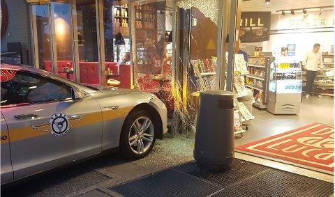 En taxi fra Taxisentralen kjørte natt til søndag inn i bensinstasjonen på Grålum.