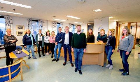 TIL GRÅLUM OG MOSS: Noen av de ansatte ved Fredrikstad kemnerkontor (kemner Pål Henning Klavenes helt foran) fotografert da det fremdeles var uvisst hvor 22 ansatte vil få arbeidsstedet sitt i fremtiden. Nå er det klart at det blir Grålum og Moss.