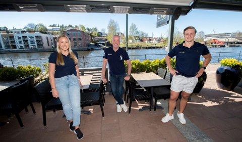 Ada Eriksen (24), eier Petter Eriksen og restaurantsjef Michael Skyum (25) er lettet over at de endelig kan åpne dørene igjen.