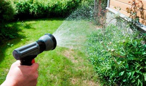 Fullt lovlig. Dersom det bli innført vanningsrestriksjoner, vil det fortsatt være lov å bruke håndtholdt slange med munnstykke.