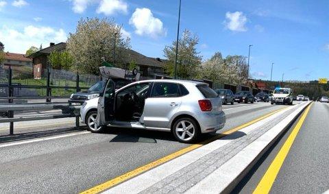 Bilen sto på tvers i veibanen. Politiet har rekvirert bilberging.