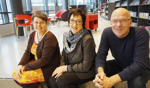 Gleder seg: Biblioteksjef Tonje Farset, viserektor Edel Storelvmo og informasjonsrådgiver Espen Eidum ser frem til det første «Opplyst»-arrangementet som vil gå av stabelen på biblioteket i Narvik neste uke.Foto: Terje Næsje